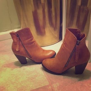 Adorable brown ankle booties!
